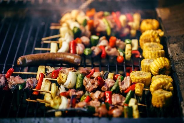 Spiedini di barbecue alla griglia con verdure alla brace ardente Foto Premium