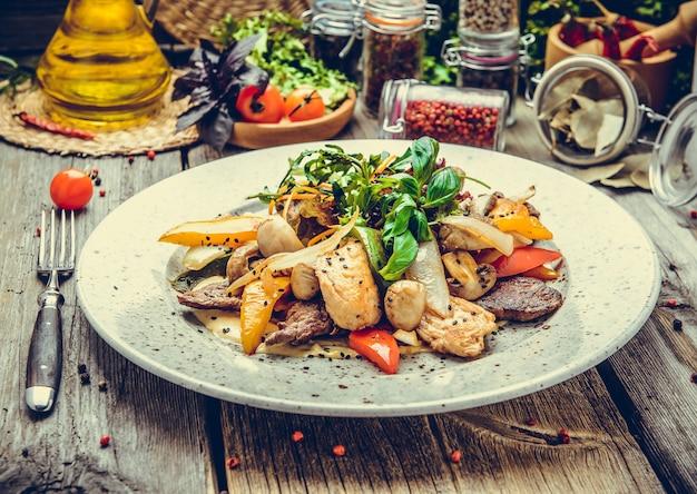 Spiedini di carne su spiedini con verdure arrosto, grigliate di pesce, primavera, picnic estivo Foto Premium
