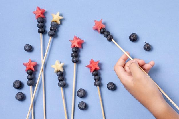 Spiedini di frutta per la festa dell'indipendenza piatta Foto Gratuite