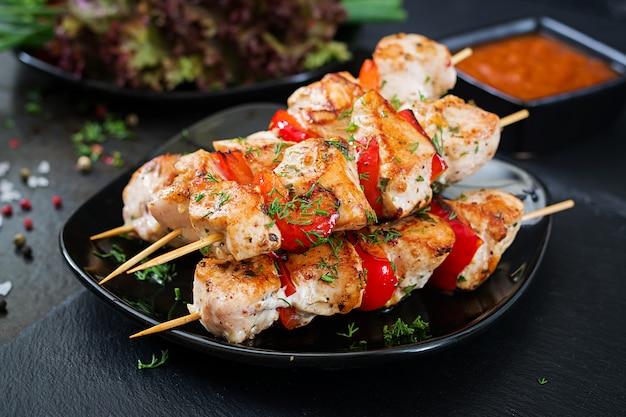 Spiedini di pollo con fette di peperoni dolci e aneto. cibo gustoso. pasto del fine settimana Foto Premium