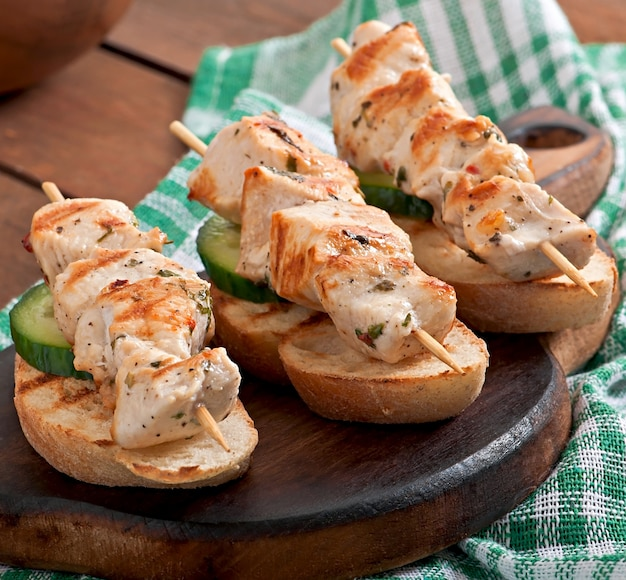 Spiedini di pollo su spiedini con toast Foto Gratuite
