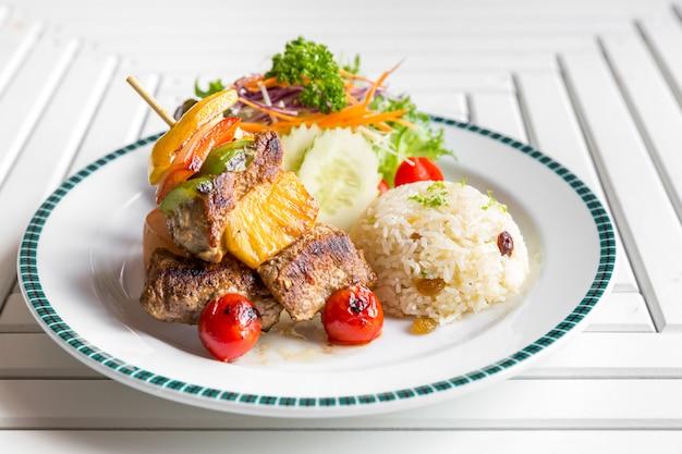 Spiedino di manzo alla griglia con riso Foto Premium