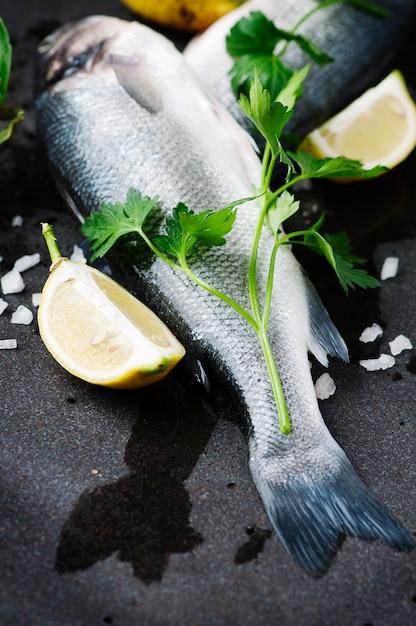 Spigola cruda con sale, limone e prezzemolo Foto Premium
