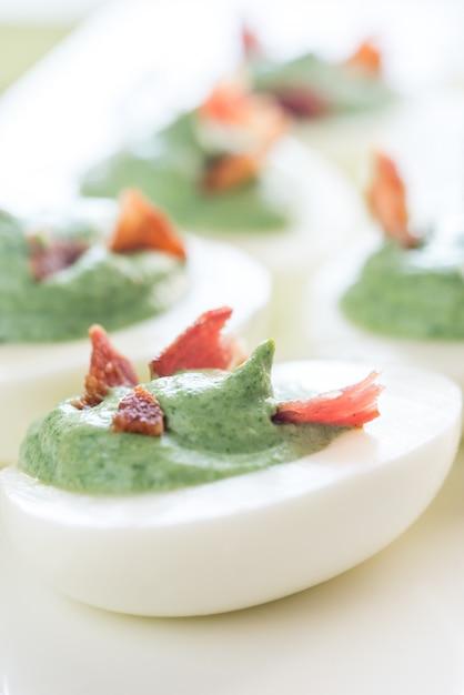 Spinaci e pancetta uova alla diavola Foto Premium