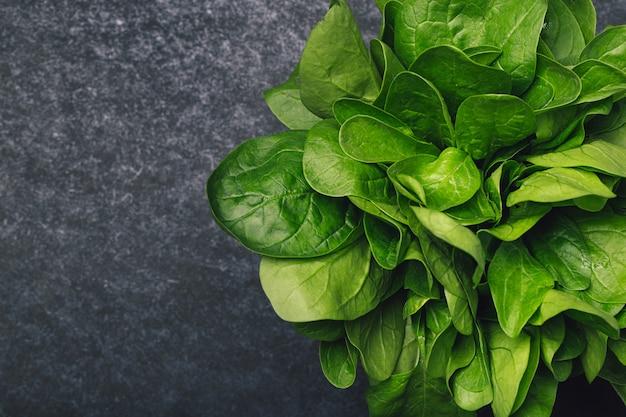 Spinaci freschi su uno sfondo scuro Foto Premium