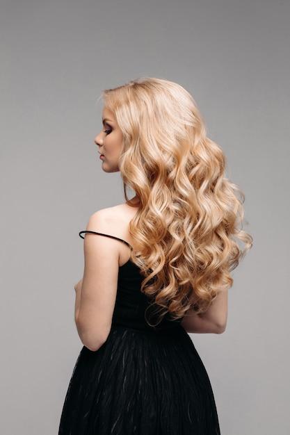 Splendida donna con perfetti capelli biondi ondulati ...