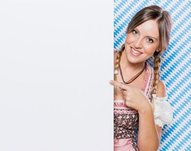 Splendida giovane donna bavarese Foto Gratuite