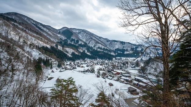 Splendida montagna con paesaggio invernale Foto Premium