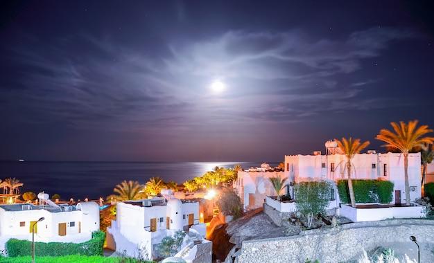 Splendida notte araba in un hotel dell'egitto. sharm el-sheikh Foto Premium