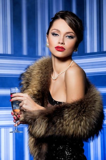 Splendida ragazza con pelliccia Foto Gratuite