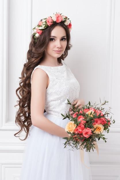Splendida sposa con fiori Foto Premium
