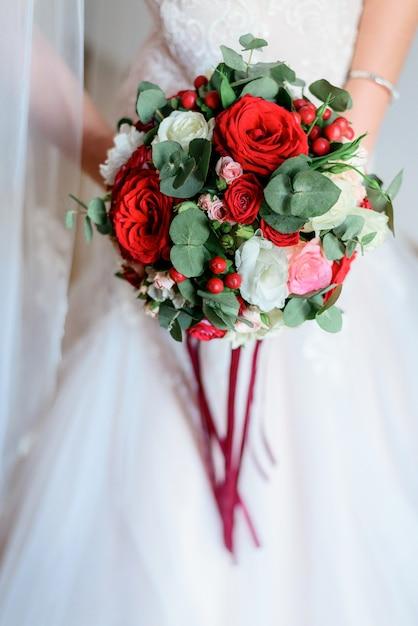 Bouquet Sposa Rosso.Splendida Sposa In Abito Di Classe Posa Con Un Bouquet Da Sposa