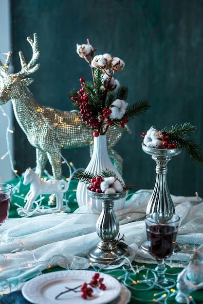 Splendida tavola di natale con decorazioni Foto Gratuite
