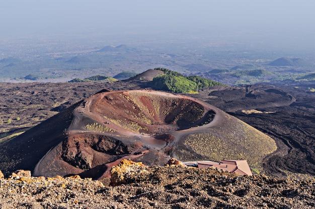 Splendida vista panoramica sul cratere e sull'area del vulcano etna Foto Premium