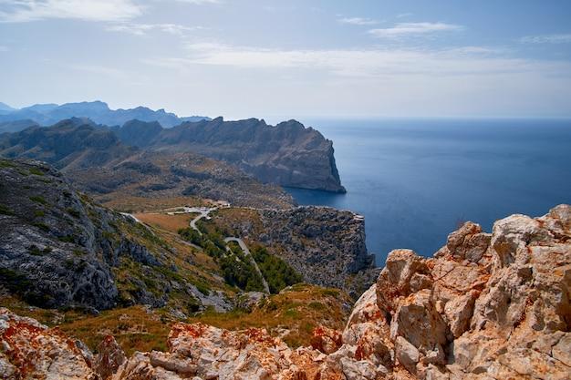 Splendide viste romantiche sul mare e sulle montagne. cap de formentor - costa di maiorca, spagna - europa. Foto Premium