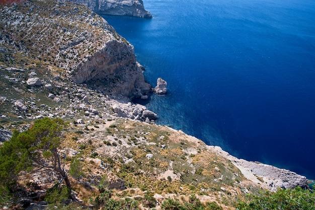 Splendide viste romantiche sul mare e sulle montagne Foto Premium