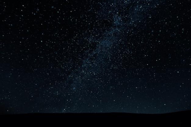 Splendido bellissimo cielo notturno con sfondo di stelle Foto Premium