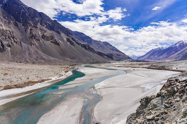 Splendido paesaggio di montagna della valle di turtuk e il fiume shyok. Foto Premium