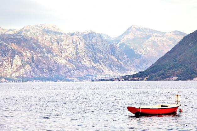 Splendido paesaggio mediterraneo. montagne e pescherecci vicino alla città perast, baia di cattaro (boka kotorska), montenegro. Foto Premium