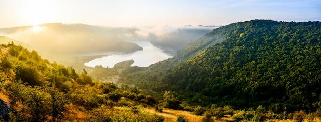 Splendido paesaggio montano Foto Premium
