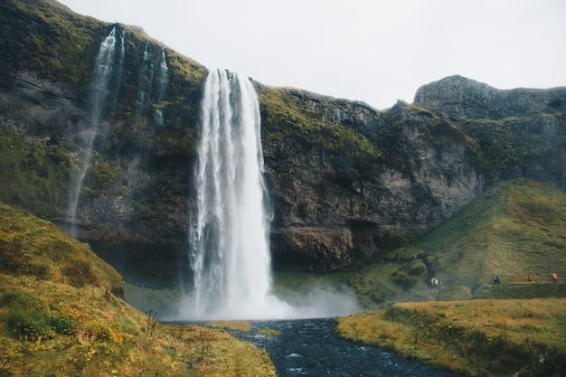 Splendido scenario di grandi e sorprendenti cascate di grandi dimensioni in natura Foto Gratuite