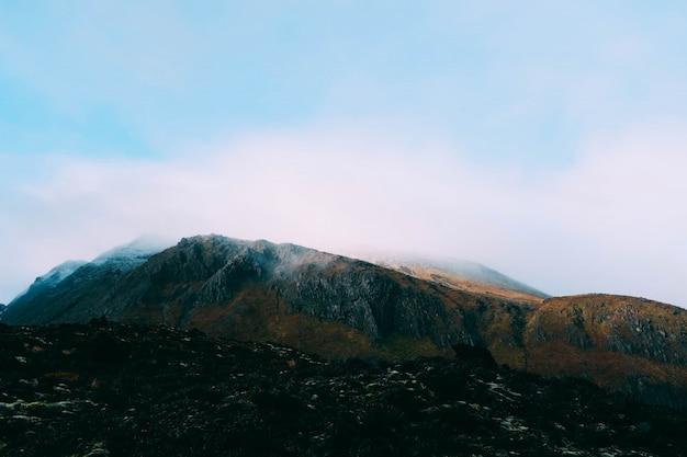 Splendido scenario di nebbia che copre le montagne - ottimo per uno sfondo Foto Gratuite