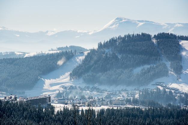 Splendido scenario invernale in montagna Foto Premium