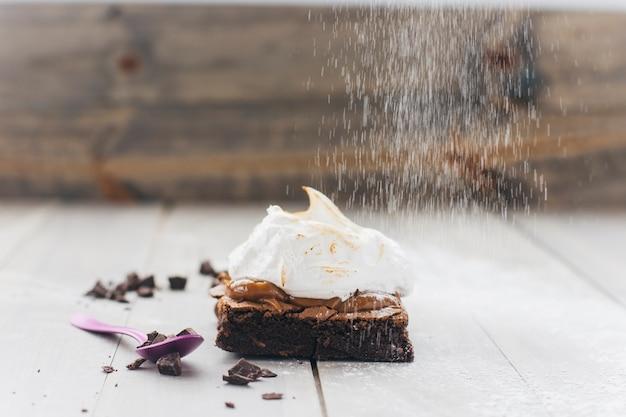 Spolverare con lo zucchero a velo su superficie di legno Foto Gratuite