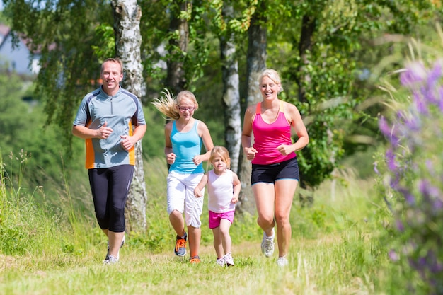 Sport di famiglia che pareggiano attraverso il campo Foto Premium