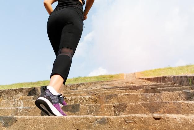 Sport donna intensificare sul gradino di pietra per allenamento Foto Premium