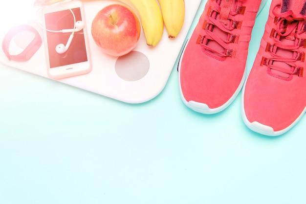 Sport e stile di vita sano. sfondo rosa. copia spazio e distesi piatti Foto Premium