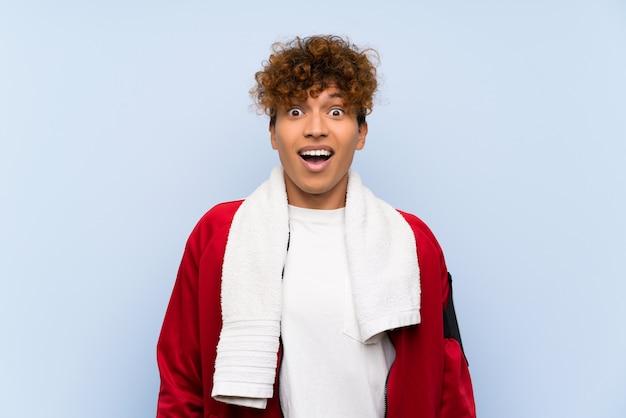 Sport giovane uomo afroamericano con sorpresa espressione facciale Foto Premium