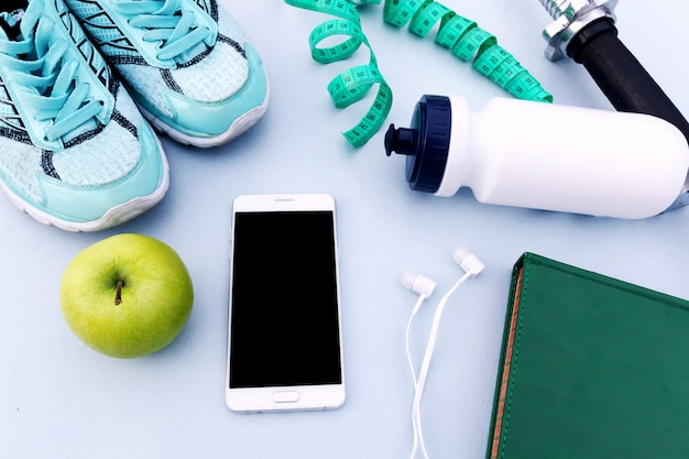 Sport sfondo, scarpe da ginnastica, manubri, acqua, smartphone Foto Premium