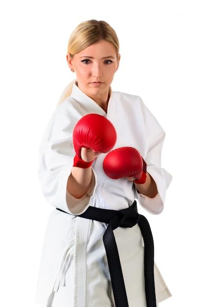 Sportiva bionda di karatè della ragazza in un kimono Foto Premium