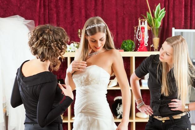 Sposa al negozio di vestiti per abiti da sposa Foto Premium