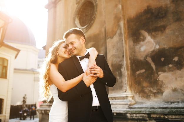 Sposa che abbraccia dietro il suo ragazzo scaricare foto for Sposa che corre