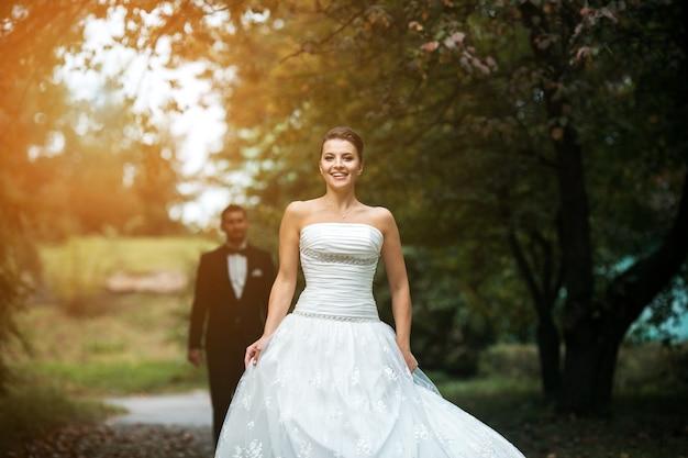 Sposa che cammina di fronte dello sposo scaricare foto for Sposa che corre