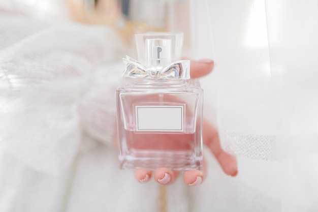 Sposa che tiene il suo profumo Foto Gratuite