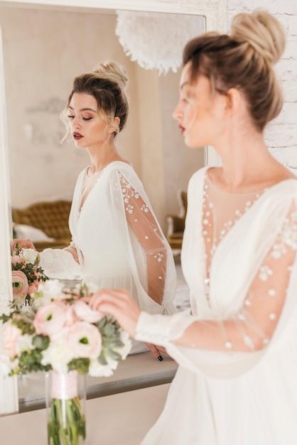 Sposa con bouquet di fiori Foto Gratuite