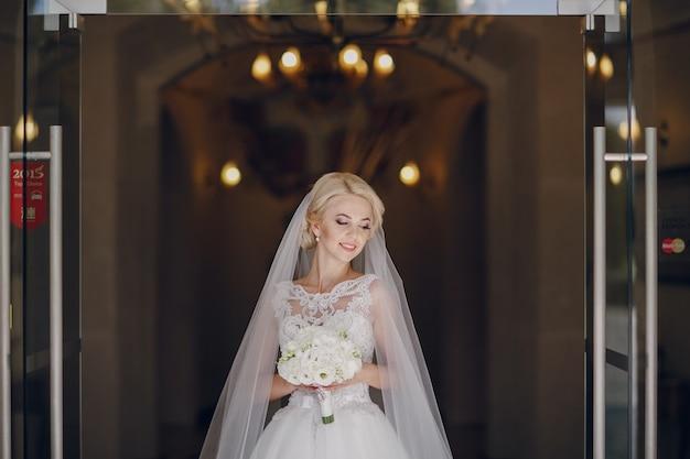 Sposa con il mazzo Foto Gratuite