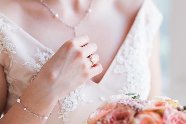 Sposa di cerimonia nuziale che tiene il mazzo di fiori rosa. Foto Gratuite