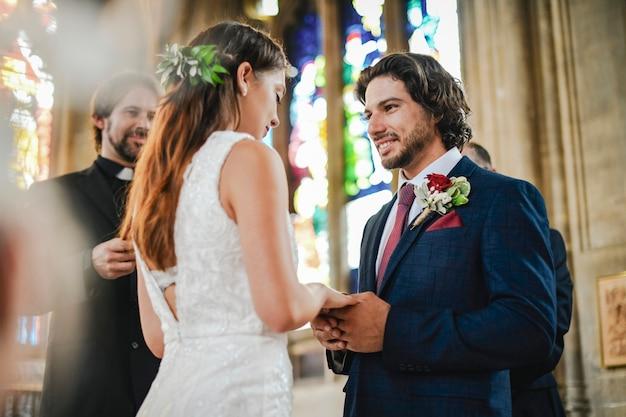 Sposa e sposo all'altare Foto Premium