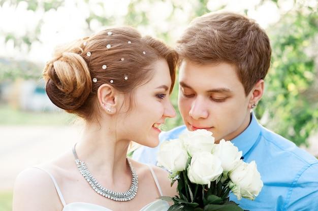 Sposa e sposo con bouquet da sposa bianco di rose Foto Premium
