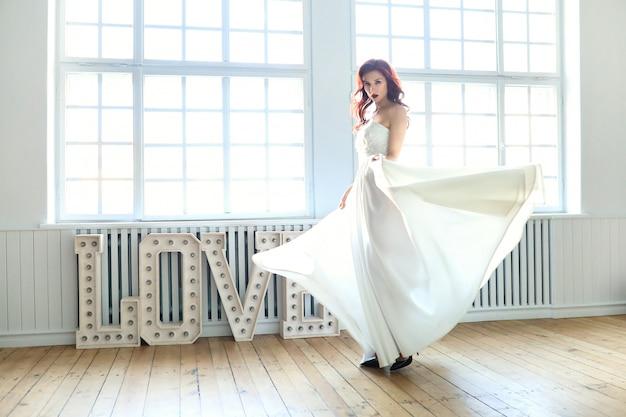 Sposa in un abito da sposa Foto Gratuite