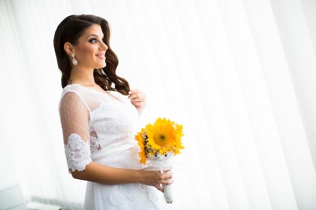 Sposa incinta con un mazzo di girasoli Foto Premium