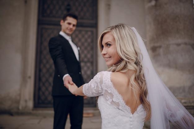 Sposa sorridente dando uno sguardo di traverso Foto Gratuite