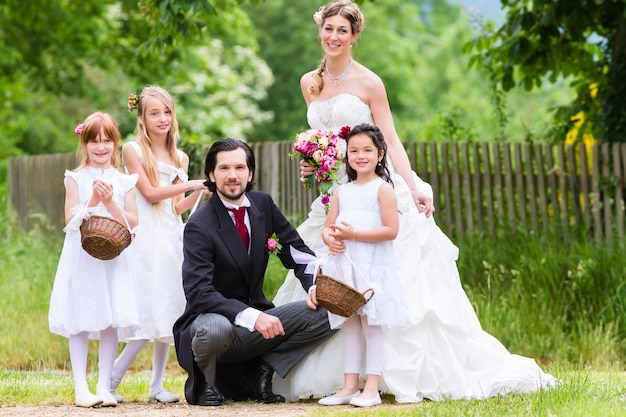 Sposi al matrimonio con i bambini damigella d'onore Foto Premium