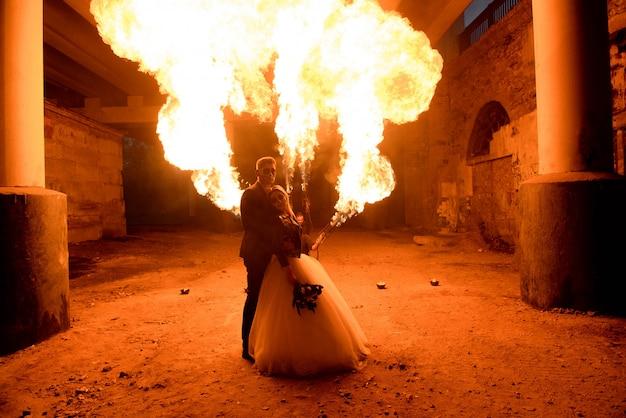 Sposi con teschio faccia arte è in piedi nel buio Foto Premium