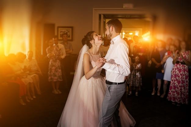 Sposi danzanti Foto Gratuite