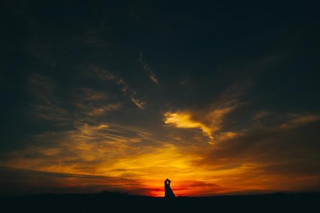 Sposi sullo sfondo del tramonto Foto Premium